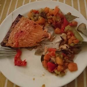 """Salmón con verduras """"y de paso caldo de verduras para reservar"""""""