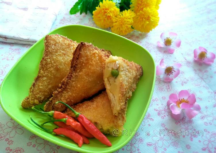 Fried Bread Stuffed with Chicken and Vegetables