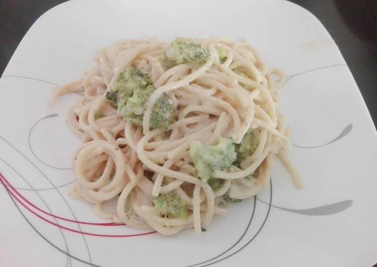 Spaghetti, con crema y brócoli