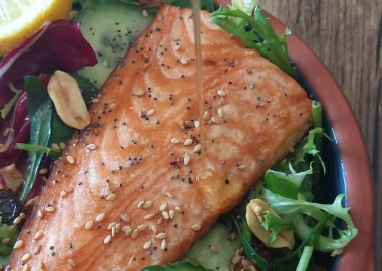 Pavé de saumon grillé sur son lit de salade???