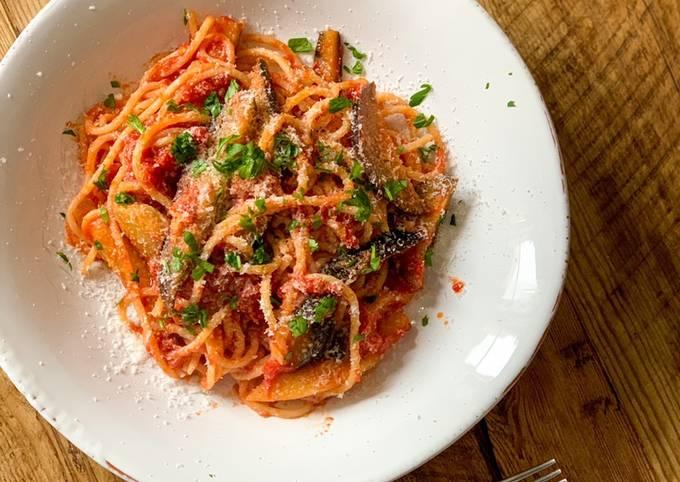 Aubergine tomato sauce pasta - or you call it eggplant?