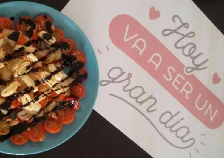 Ensalada de tomate, piña, queso y palitos de cangrejo
