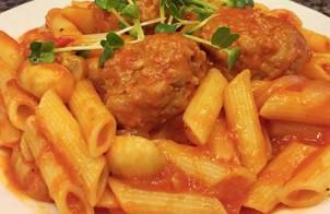 Cuối tuần đơn giản với món :Nui sốt cà chua,thịt bò băm vo viên