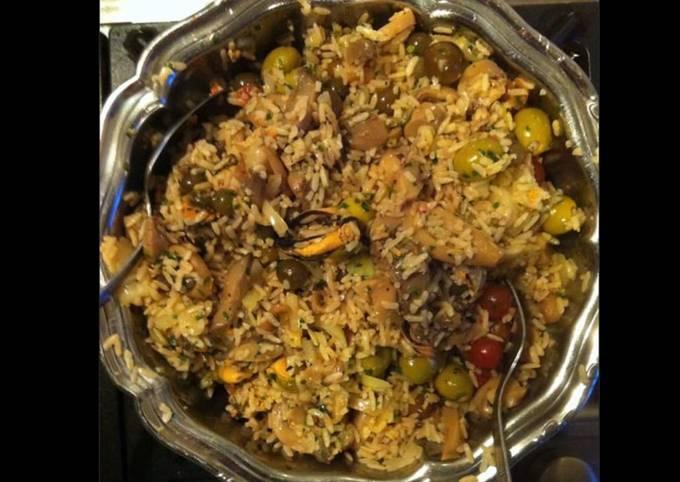 Salade de riz aux moules olives et légumes marinés