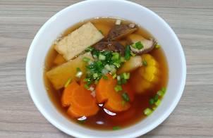 Canh bắp ngọt, cà rốt, nấm nấu chả cá chay