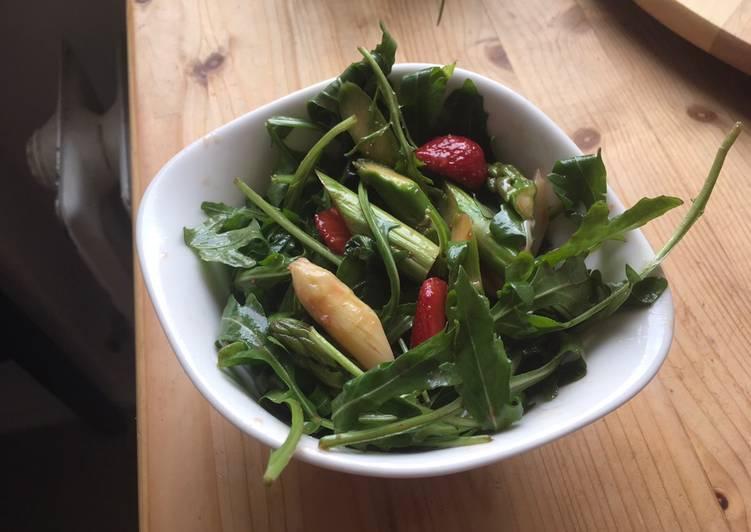 Spargel-Erdbeer-Salat mit Rucola