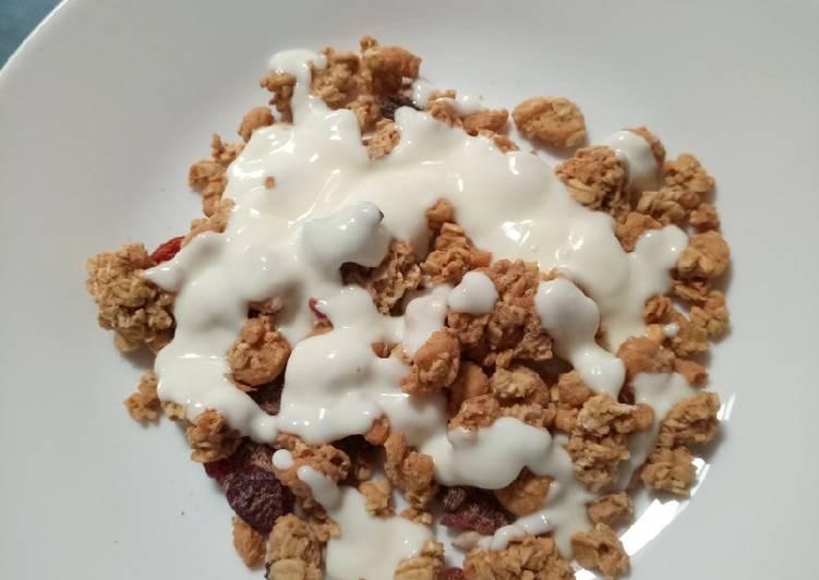 Granola in yoghurt