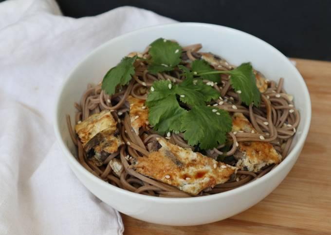 Nouilles soba à l'omelette aux champignons