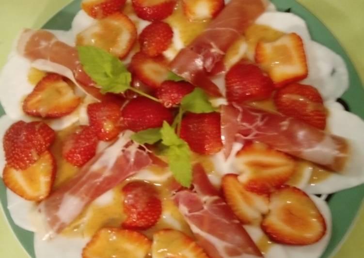 Mairübchen-Carpaccio mit Serranoschinken sowie Erdbeeren und einem Erdbeer-Minz-Dressing