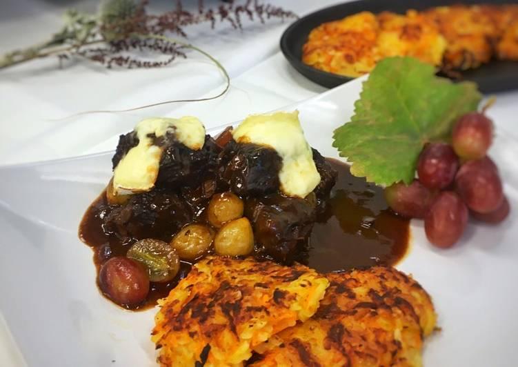 Reb-Gulasch aus dem Dutch Oven mit Trauben 🍇 und Kürbis-Kartoffelrösti