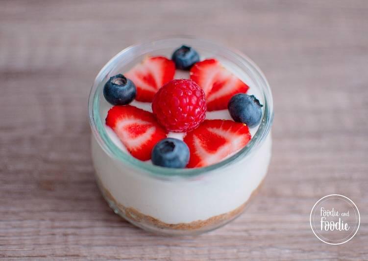 Vasitos de Cheesecake de chocolate blanco y frutos del bosque