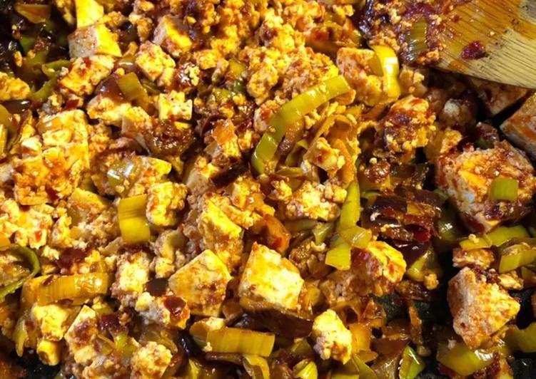 Tofu scramble with leeks and rose harissa - vegan
