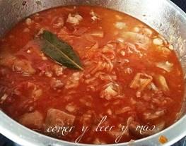 Manitas de cerdo con tomate, jamón y morro