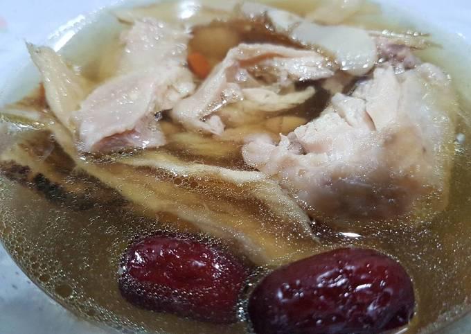 Chinese Herbal Chicken Soup (Dun Ji Tang)