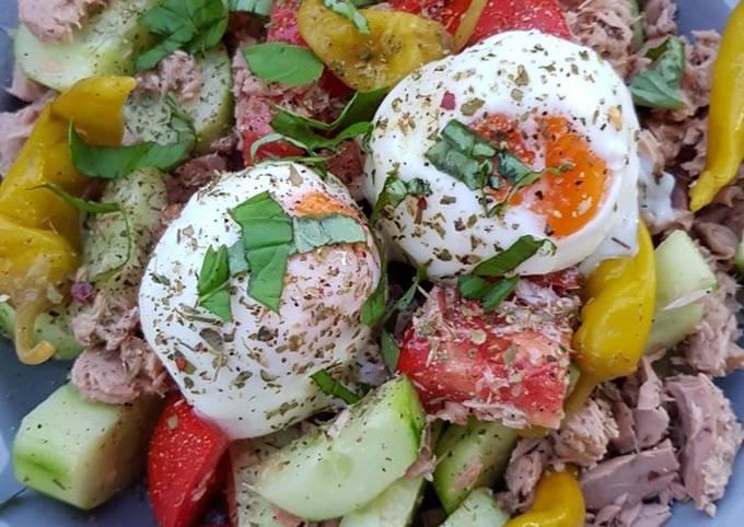 Thunfischsalat mit pochierten Eiern