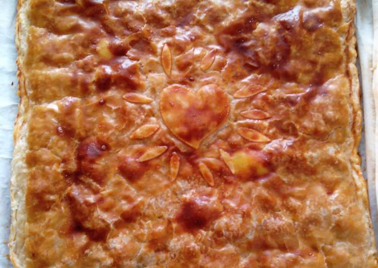Empanada boloñesa con pimiento verde y queso curado