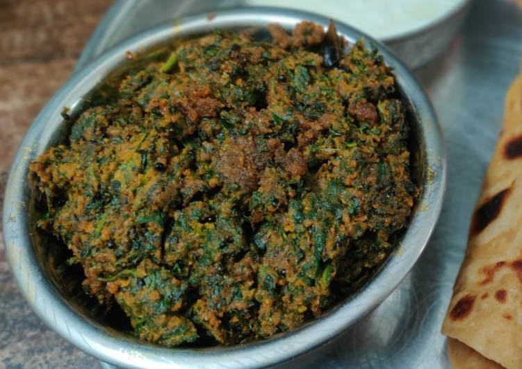 Spinach and chickpea flour dry curry (Palak besan sabji)