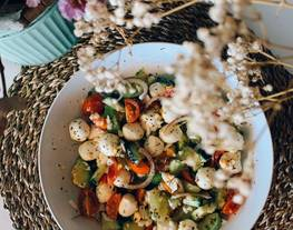 Ensalada de cherrys, aguacate, pepino, cebolla, uvas, huevo duro picado y mozzarella