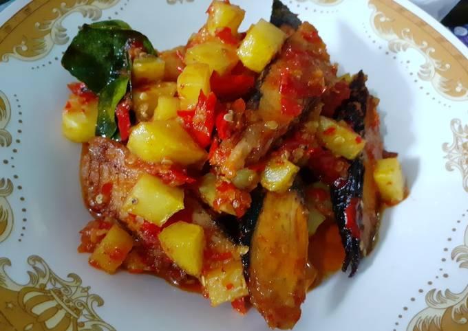 Balado kentang dan ikan tongkol