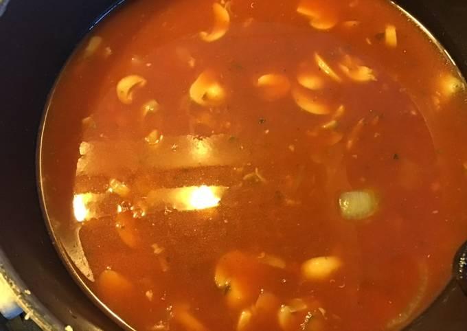 Soupe de tomates et champignons au basilic