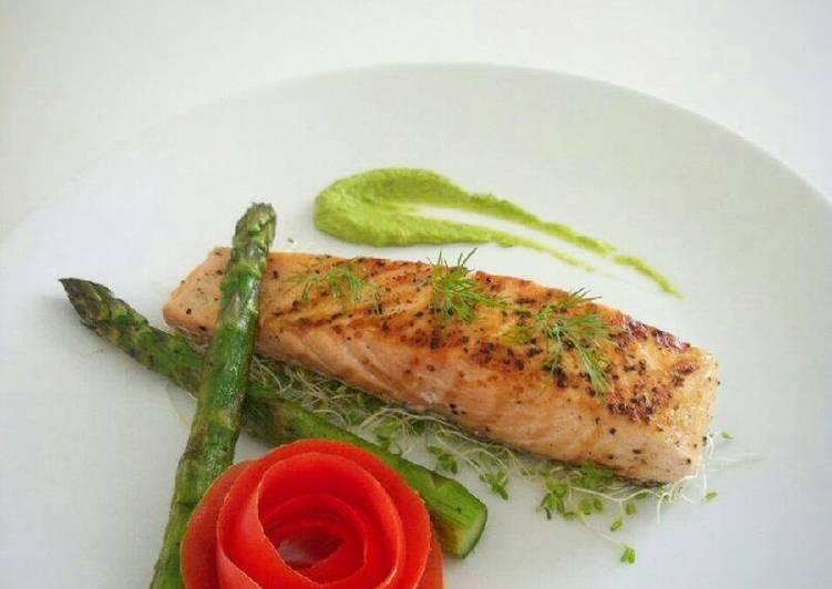 Salmon Dan Asparagus Panggang Dengan Saos Kacang Polong