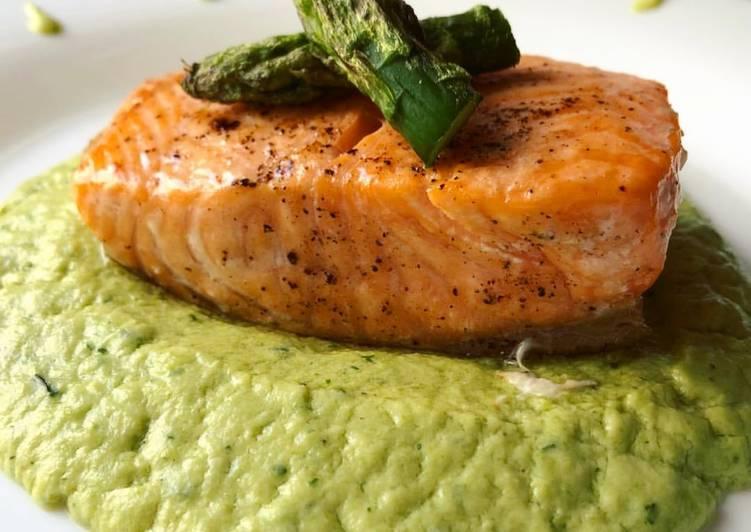 Ricetta Salmone Asparagi.Ricetta Filetto Di Salmone Al Forno Su Crema Di Asparagi Di Claudia Santangelo Cookpad