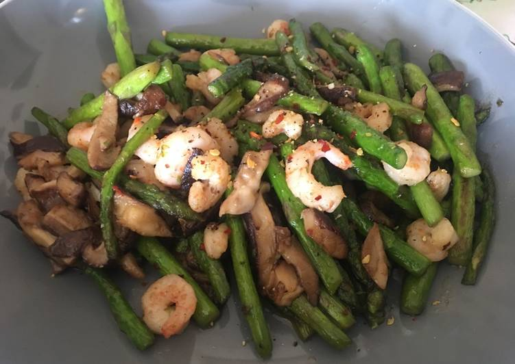 Steps to Make Award-winning Asparagus with prawns and mushrooms