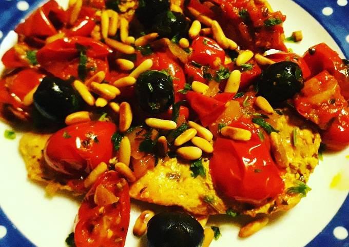 Petto di pollo speziato con pomodorini, olive e pinoli tostati