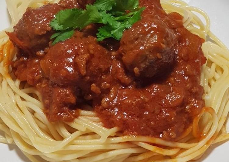 Spaghetti & meatballs in bolognese sauce
