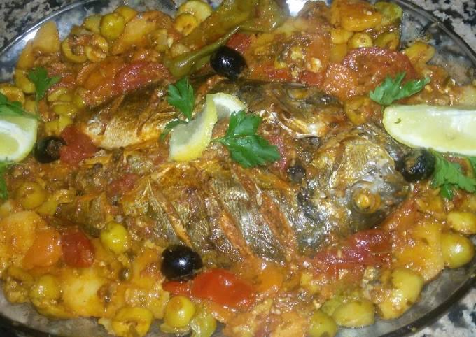 Tadjine de poisson au four avec quartier de tomate