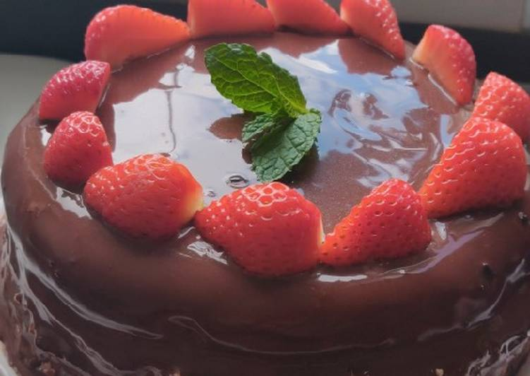 Keto Strawberries and Chocolate Cake