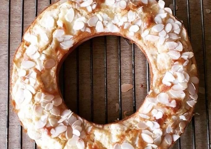 Gâteau au yaourt, morceaux de pommes et amandes effilées