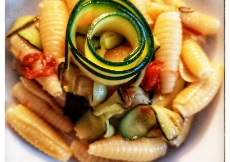 Pâtes aux courgettes et tomates confites