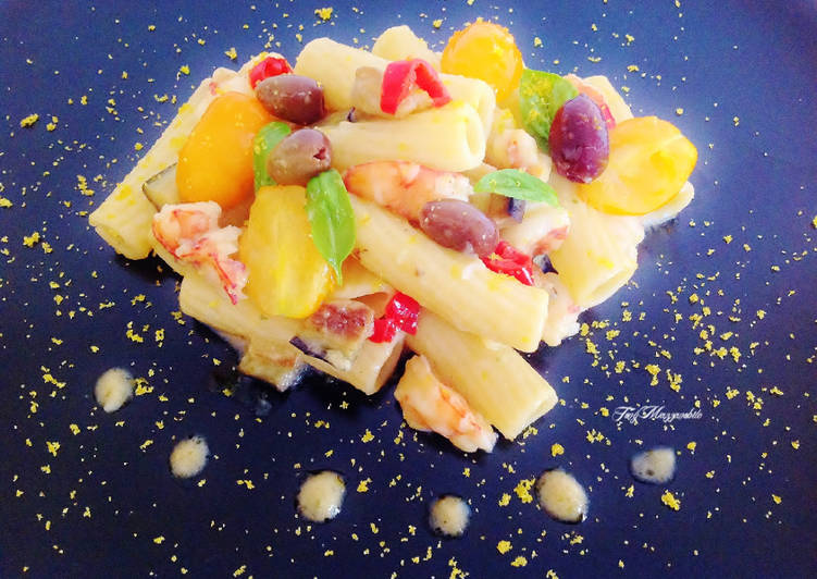 Recipe: Appetizing Tortiglioni with prawns, aubergine cream and datterini tomatoes