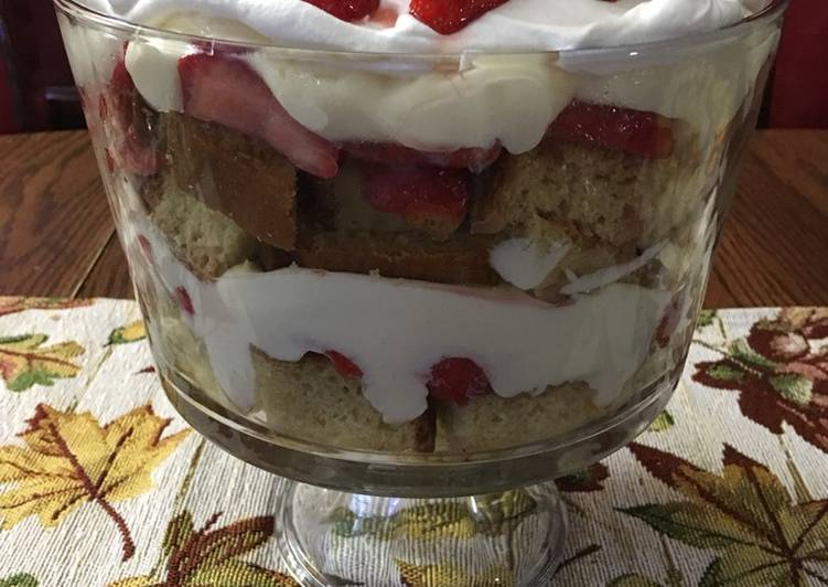 Easy Strawberry Cheesecake Trifle