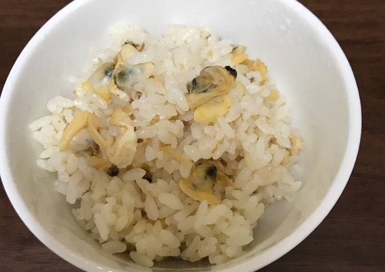 Cooked rice with clams and deep-fried bean curd (aburaage)