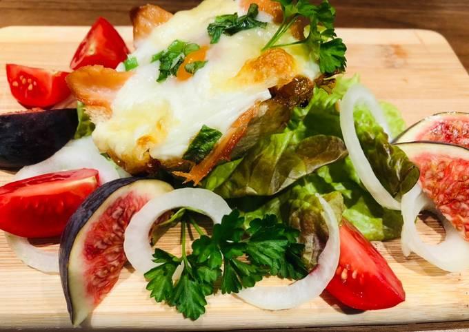 Schnelles Frühstück gefüllte Sandwichs mit Lachs,Spiegelei u. Mozzarella