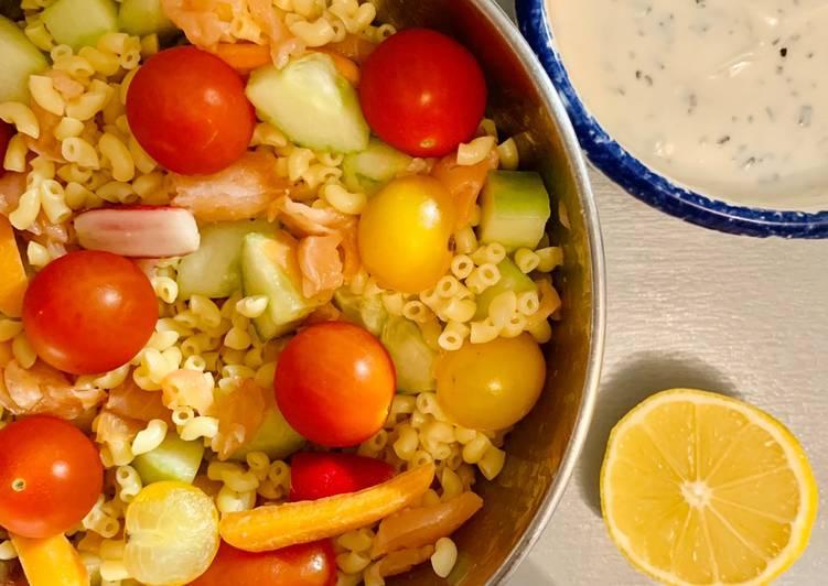 Salade de coquillettes, saumon, crudités et sa sauce au yaourt citronné