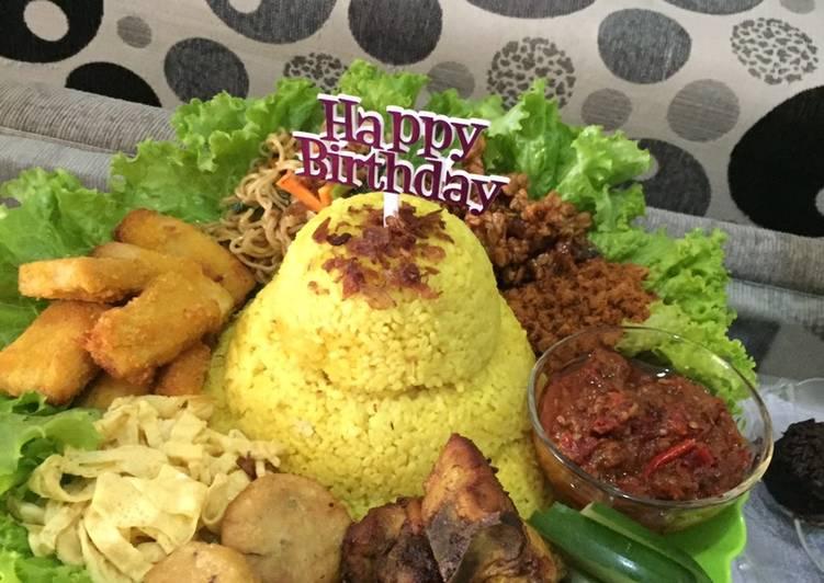 Tumpeng nasi kuning ulang tahun