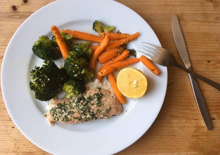 Lachs aus dem Ofen mit Kräuterbutter, Brokkoli und Karotten