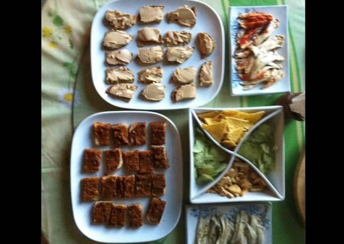 Plateau apéro : anchois au citron et tomates / canapés pesto rouge et foie gras oignons confits