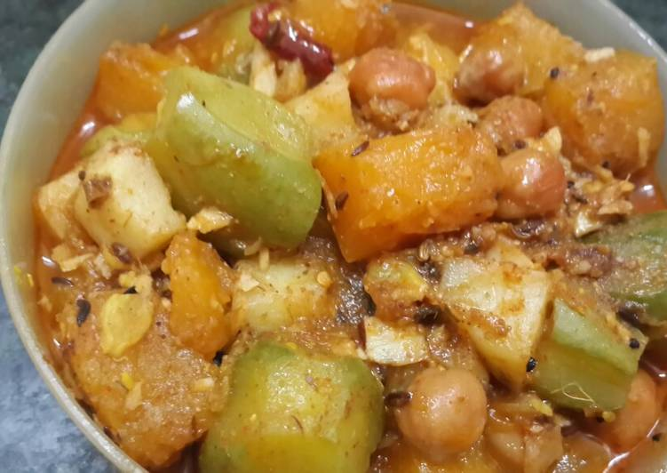 Kumro aloo potoler chakka (pumpkin potato and parwal curry)