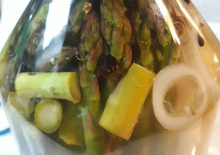 Pickled Asparagus with an Onion