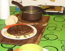 Tortilla de espinaca rellena con quesos acompañada de una sopa montañesa y pan casero