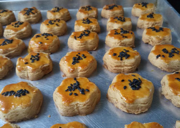 Salted egg yolk cookies (cookies telor asin)