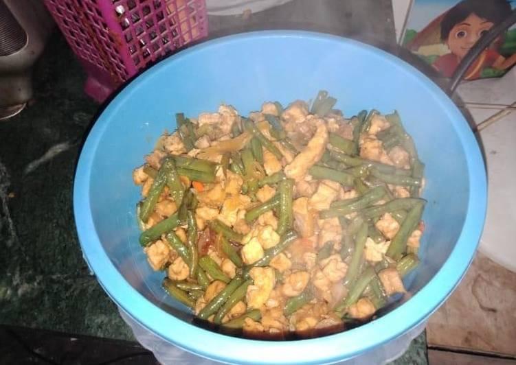 Langkah Mudah untuk Menyiapkan Tumis Kacang Panjang+Tempe+Tahu+Telur Pedas Manis, Lezat