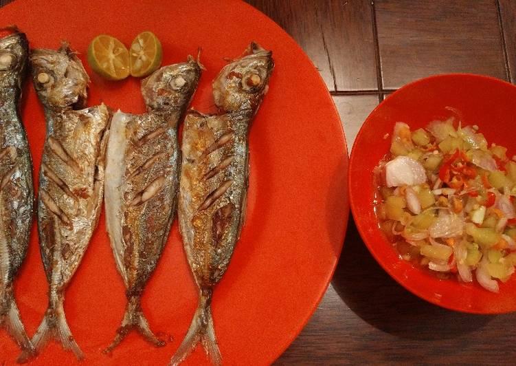 Tude (ikan kembung) goreng dan dabu-dabu lilang