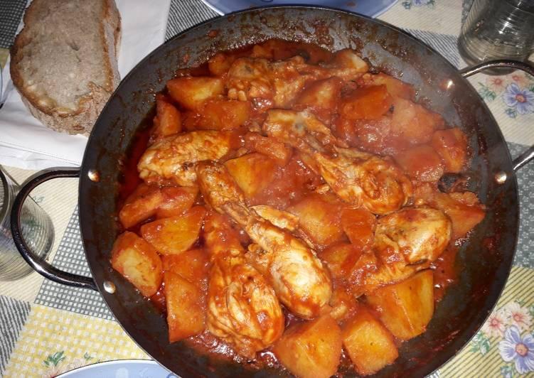 Delicioso Pollo en jugo de tomate acompañado de Papas y olivas negras