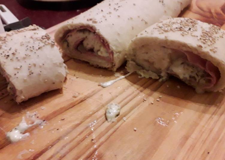 Pizza arrollada de jamón, mozzarella, cebolla y roquefort