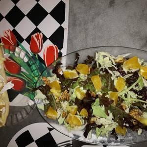 Ensalada de nueces, queso azul y naranja y pan con queso de cabra y cebolla caramelizada